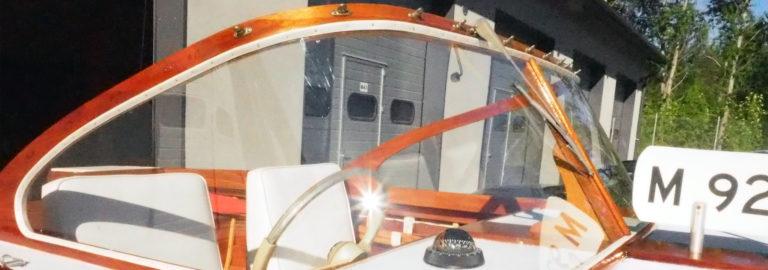 Veneen lasituksiin soveltuvat akryyli ja polykarbonaatti.